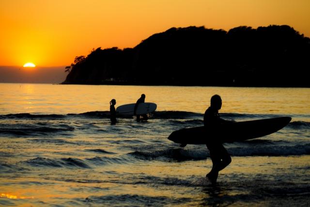 鎌倉の夕日の海岸