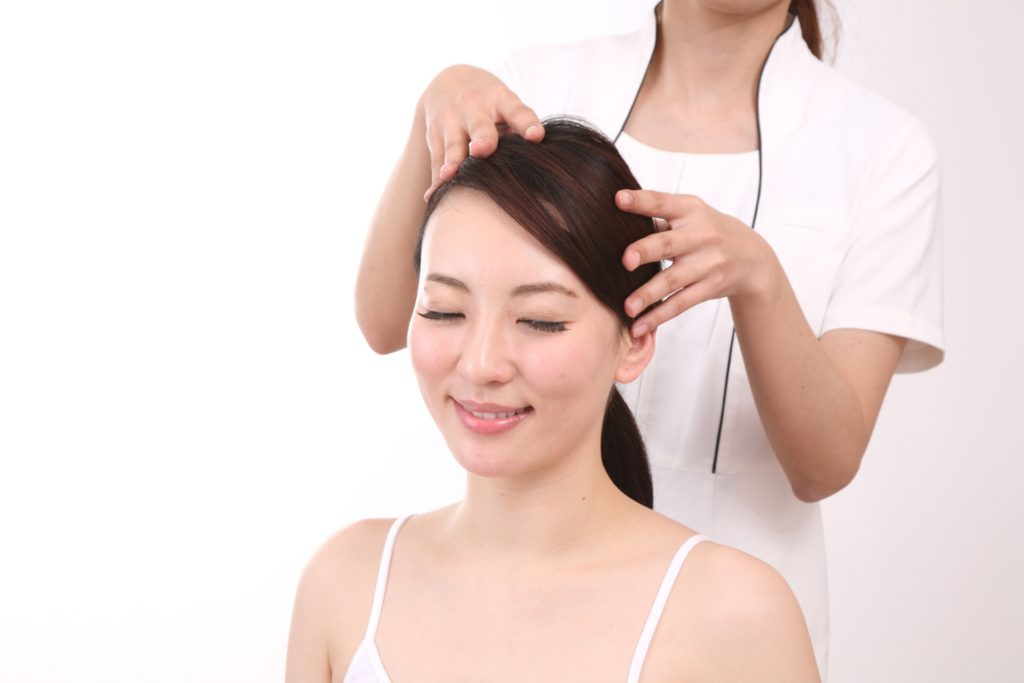 頭皮のマッサージを受ける女性