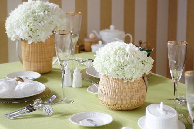 テーブルコーディネート・バスケット風花器に入った一輪の白いアジサイ