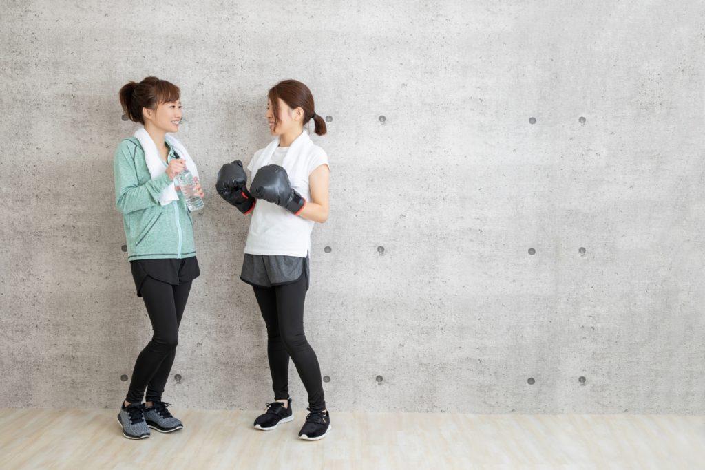 トレーニングの合間に談笑する2人の女性