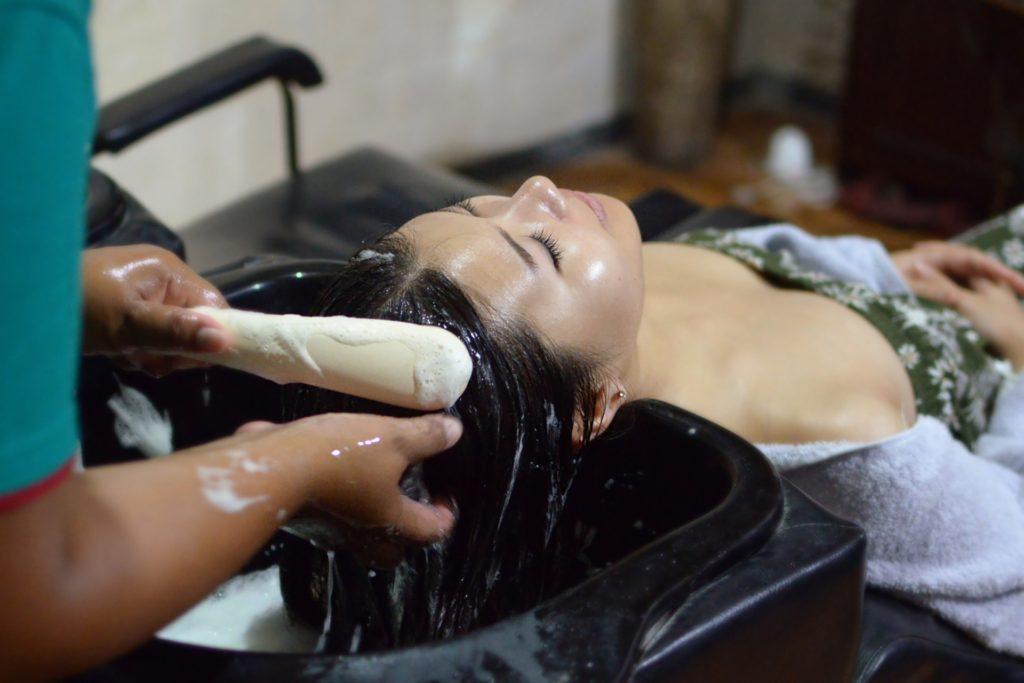 ヘッドスパをうける女性