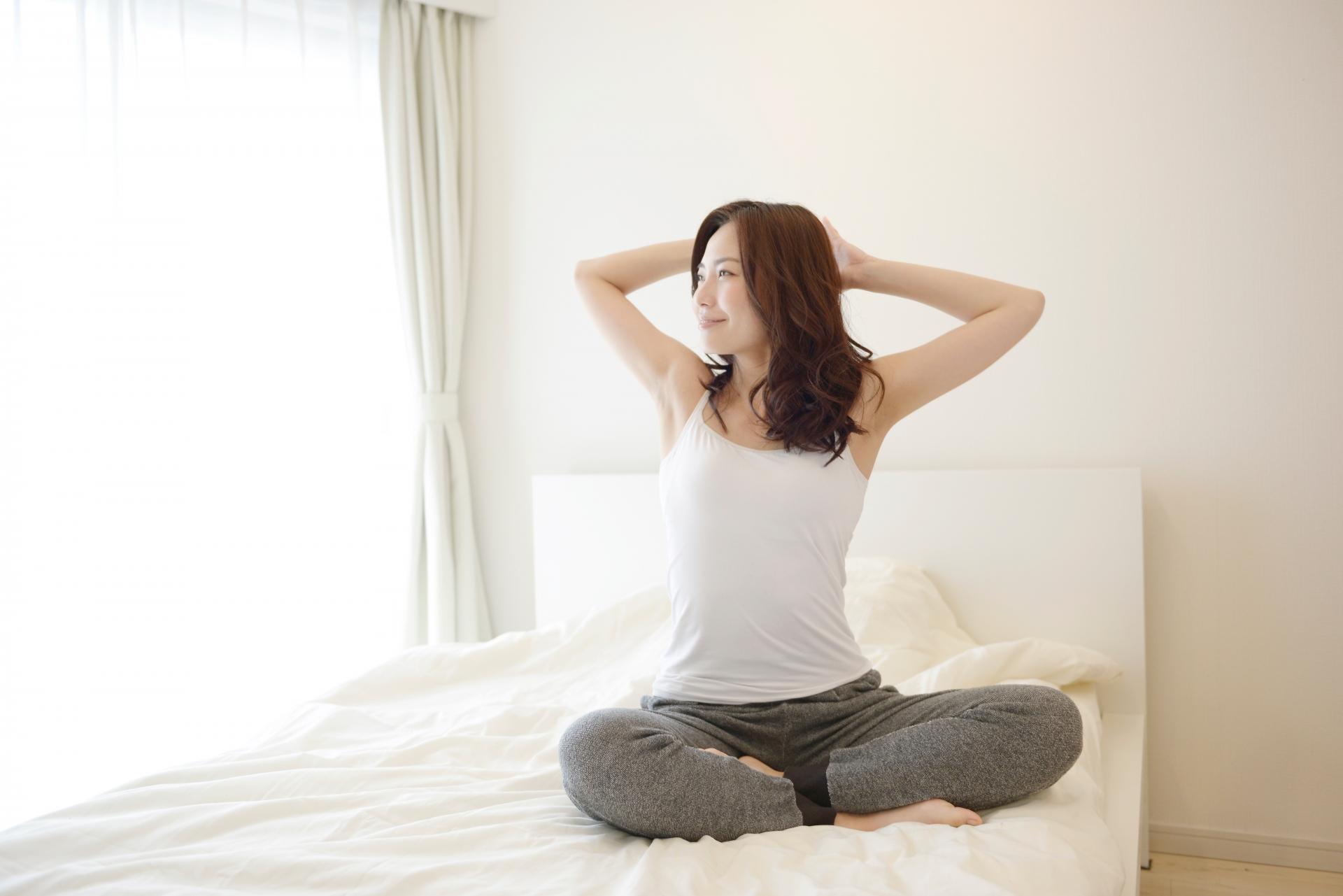 ベッドに座る女性