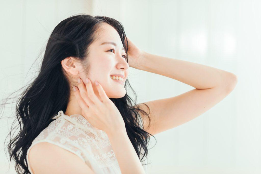 美しい髪をなびかせる女性