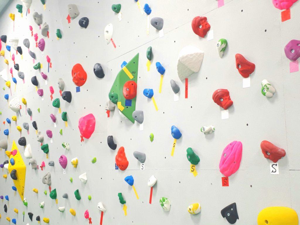 ボルダリングのカラフルな壁