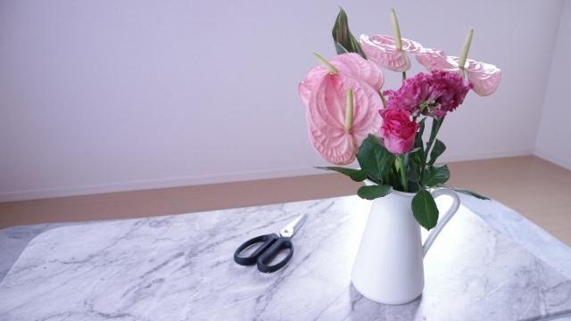 花瓶に生けられた花と花バサミ