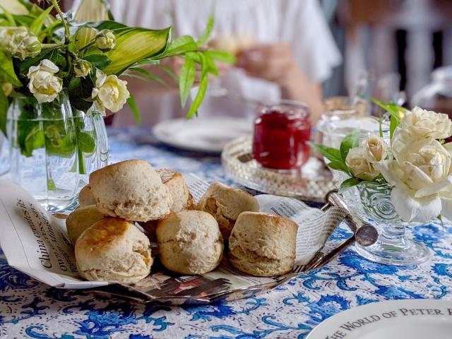 スコーンとお花のテーブルコーディネート