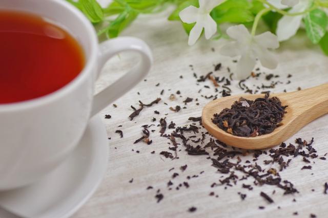 紅茶とスプーンですくった茶葉