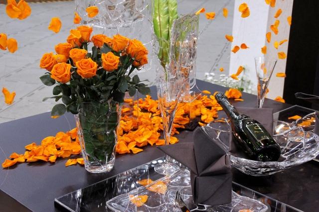 ガラスの器とブラックのテーブルナプキン、オレンジ色のバラを使ったテーブルコーディネート