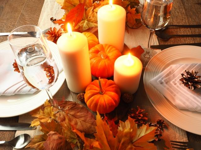 高さのあるLEDキャンドルを中心に、カボチャや秋の植物を使ってまとめたテーブルコーディネート